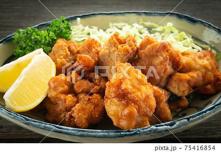 鶏のから揚げとレモンとパセリとキャベツの千切り 鶏肉 75416854