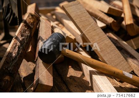 ハンマーと木材(薪) 75417662