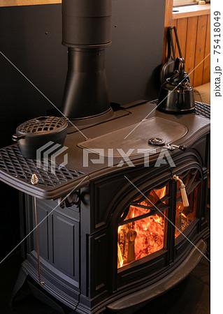 薪ストーブ 暖炉 綺麗な炎 75418049
