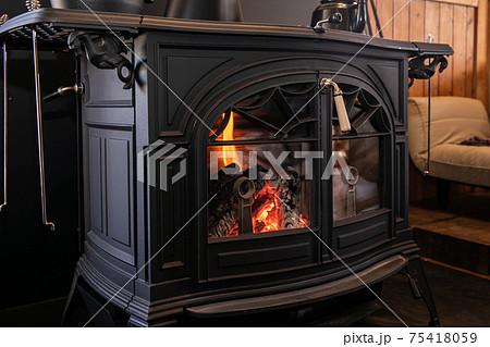 薪ストーブ 暖炉 綺麗な炎 75418059