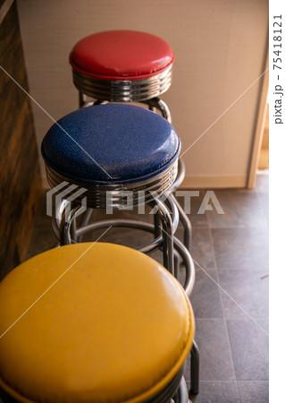 カラフルな信号機カラーの椅子たち 75418121