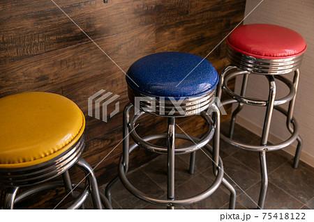 カラフルな信号機カラーの椅子たち 75418122
