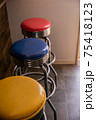 カラフルな信号機カラーの椅子たち 75418123