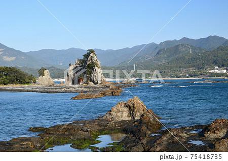 那智湾に浮かぶ弁天島(遠くに那智の滝を望む) 75418735
