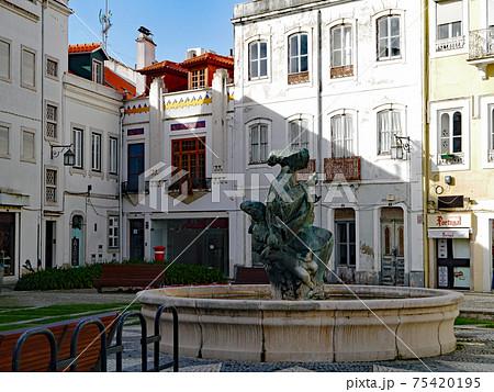 ポルトガルのアルコバッサ修道院近くの街角の公園にある噴水 75420195
