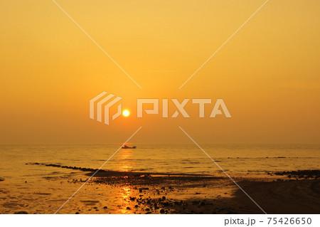 有明海と朝日と空の風景 75426650