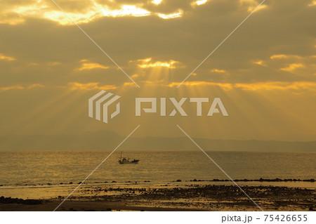 有明海と朝日と薄明光線 75426655