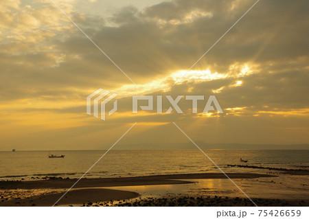 有明海と朝日と薄明光線 75426659