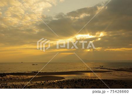 有明海と朝日と薄明光線 75426660