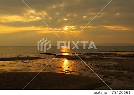 有明海と朝日と薄明光線 75426661