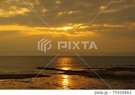 有明海と朝日と薄明光線 75426662