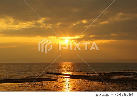 有明海と朝日と雲と空の風景 75426664