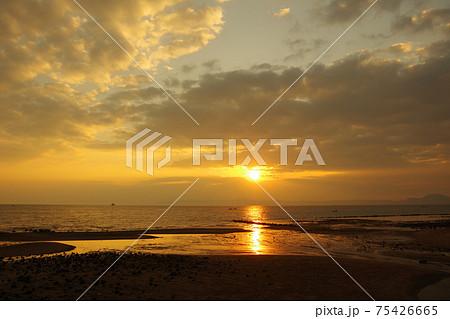 有明海と朝日と雲と空の風景 75426665