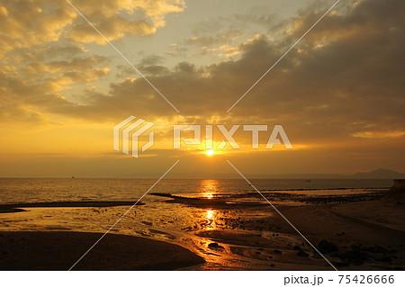有明海と朝日と雲と空の風景 75426666