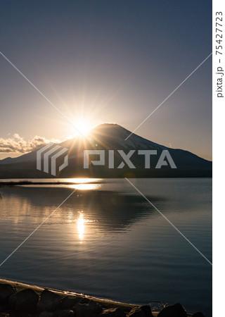 輝く夕日とダブルダイヤモンド富士 75427723