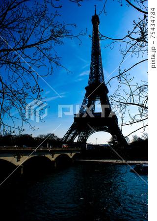 エッフェル塔のシルエットとパリの街並み(フランス・パリ) 75434784