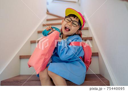 制服を着た幼稚園児 入園準備 75440095