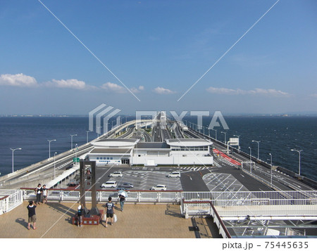 東京湾アクアラインのパーキングエリアの海ほたるの展望デッキから見る海と空の景色 75445635