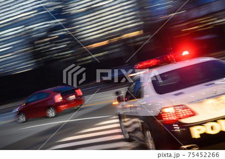 パトランプを点灯する日本のパトカーの走行イメージ 75452266