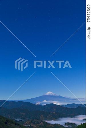静岡_雲海残る峡谷と星空の絶景 75452300