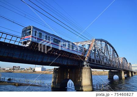 快晴の荒川橋梁を行く京成電鉄3700形電車 75460827
