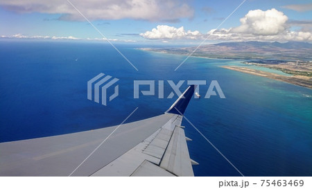 デルタ航空機内から見たオアフ島と海 75463469