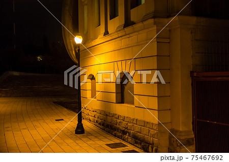 スペインのバルセロナの夜の街並み オレンジ色の街灯と石造りの建物 75467692