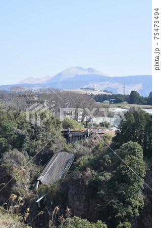 数鹿流崩之碑展望所より望む阿蘇大橋の残骸 75473494