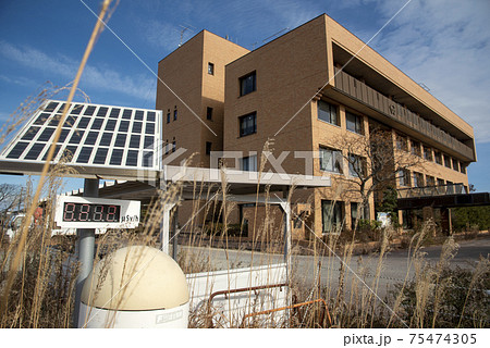 モニタリングポストが設置された誰もいない福島県双葉町役場 75474305