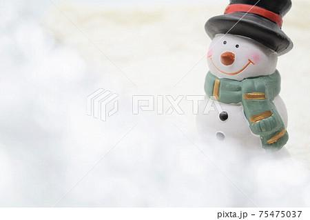 笑顔が可愛い雪だるま 冬イメージ 75475037