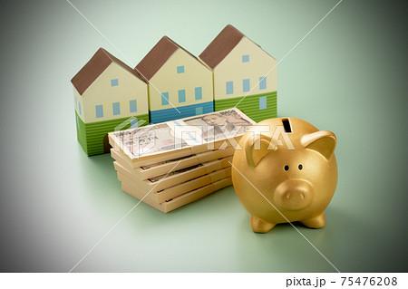 金の貯金箱とお金 住宅イメージ写真 75476208