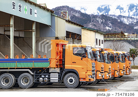 石材会社に並ぶダンプトラック 75478106