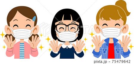 手洗いをしてマスクをつけた笑顔の三人の女子の上半身 75479642