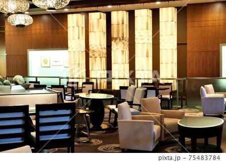 緊急事態宣言で閑散としたカフェレストラン 75483784