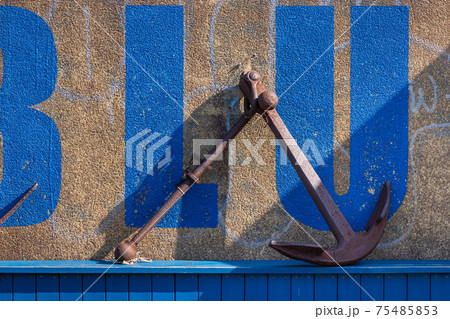 壁に立てかけられた古い錨とその影 75485853