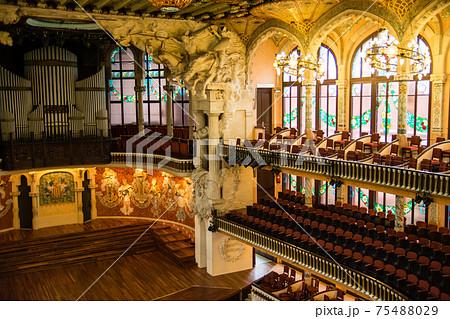 スペインのバルセロナのカタルーニャ音楽堂 円形の客席とパイプオルガンの付いたステージ 75488029