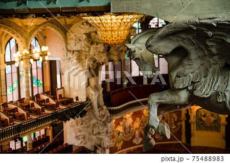 スペインバルセロナのカタルーニャ音楽堂に飾られたペガサスの彫刻 75488983