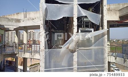 インドの建設中のビル、エレベーター工事 75489933