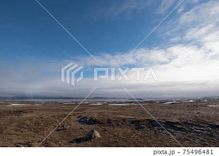 北欧アイスランドの冬期道路(レイキャビックから地球の割れ目のあるシンクヴェトリル)の途中の景色 75496481