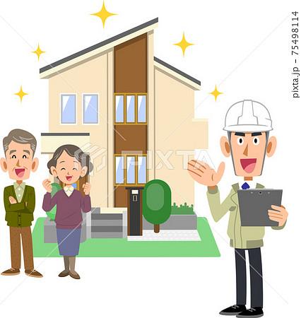 建築業者と新しい住宅の前で笑顔のシニア夫婦 75498114