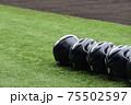 野球のヘルメットが並んでいるイメージ写真 75502597