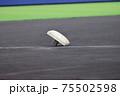 外れているベース(野球場)のイメージ写真 75502598