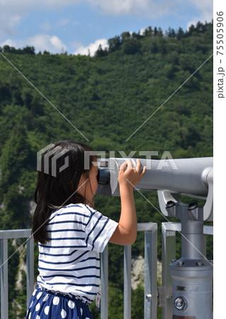 夏休みの立山旅行で双眼鏡を覗く女の子 75505906
