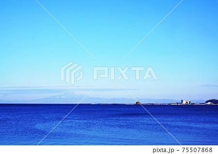 二つ岩海岸から見た知床連山と帽子岩 75507868