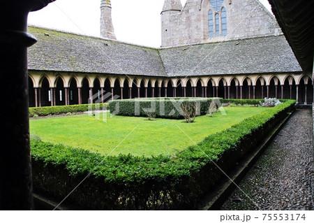緑が眩しいモンサンミッシェルの中庭 75553174
