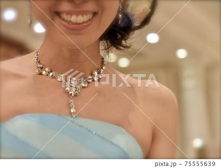 結婚式で青いドレスを着た新婦の首元を飾るネックレス 75555639