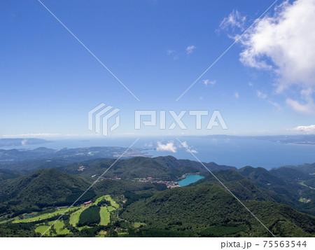 夏の雲仙普賢岳登山山頂からの眺望 75563544