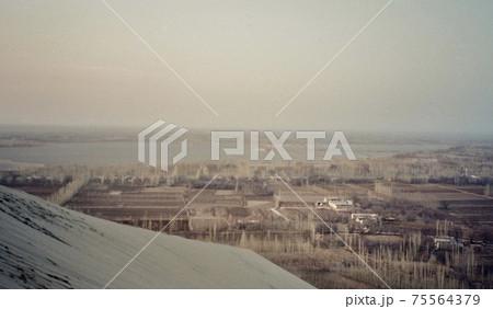 1991年3月。敦煌・鳴沙山からの景観(敦煌・甘粛省/中華人民共和国) 75564379