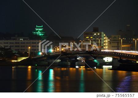 緑色にライトアップされたお城と橋 75565557