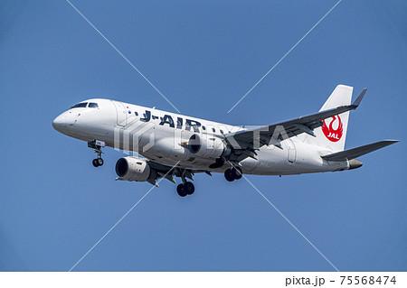 空港の風景 着陸中の飛行機 大阪府豊中市 75568474